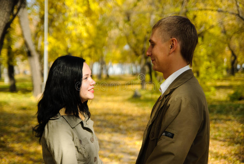 Retrato dos pares de sorriso que andam no parque fotos de stock royalty free