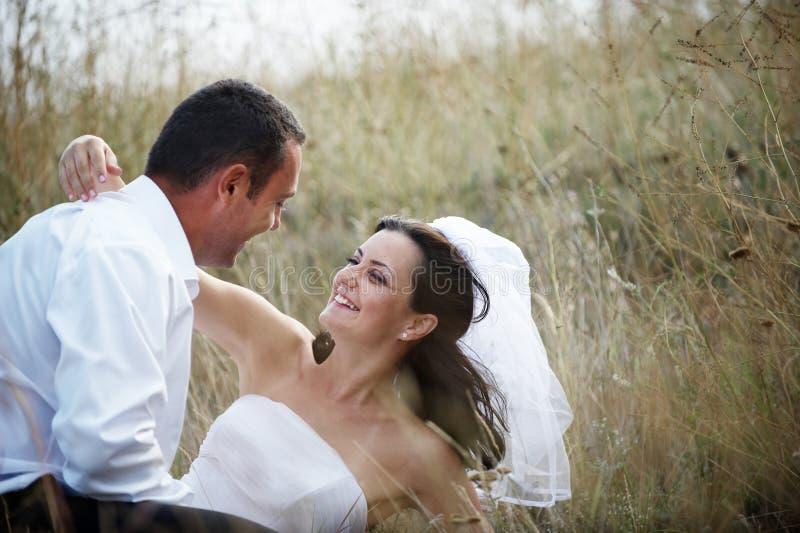 Retrato dos pares dos Newlyweds (noiva e noivo) fotos de stock