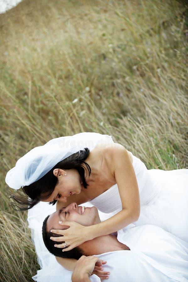 Retrato dos pares dos Newlyweds (noiva e noivo) imagens de stock