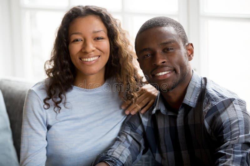 Retrato dos pares felizes da raça misturada que levantam para a imagem fotografia de stock