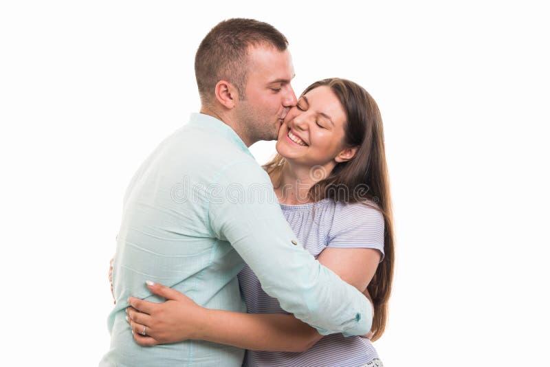 Retrato dos pares felizes novos que beijam no mordente fotografia de stock royalty free