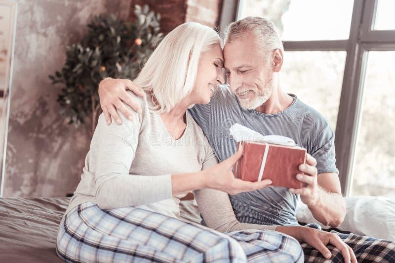 Retrato dos pares idosos positivos que abraçam-se foto de stock royalty free