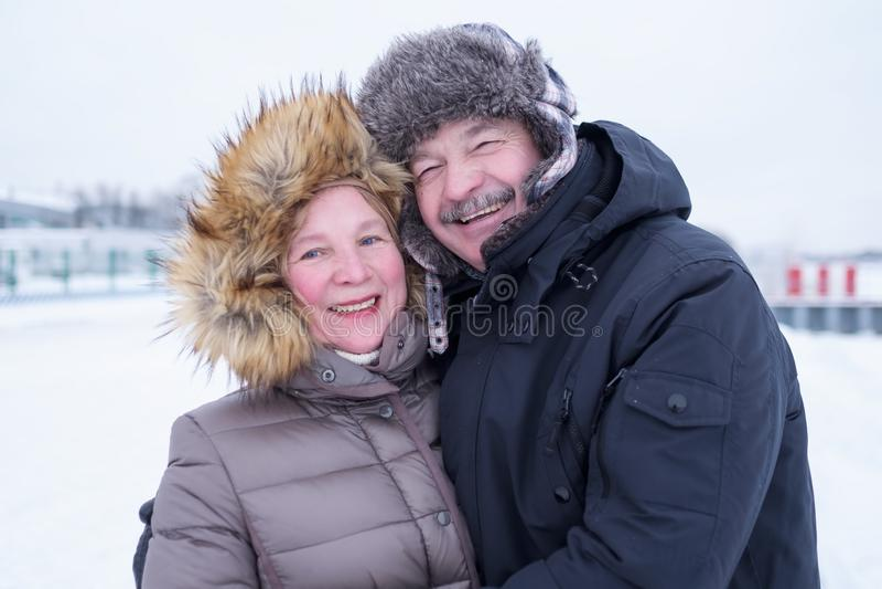 Retrato dos pares idosos que têm o divertimento fora no inverno fotografia de stock royalty free