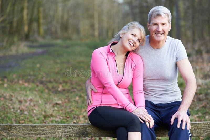 Retrato dos pares maduros que exercitam no campo junto foto de stock royalty free