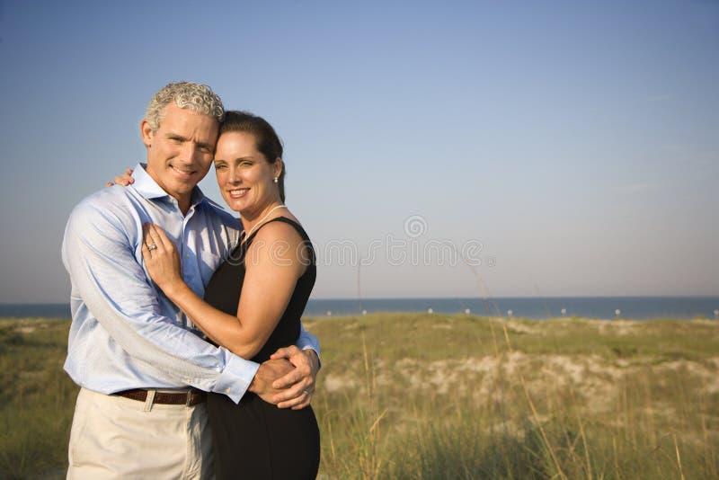 Retrato dos pares na praia imagens de stock