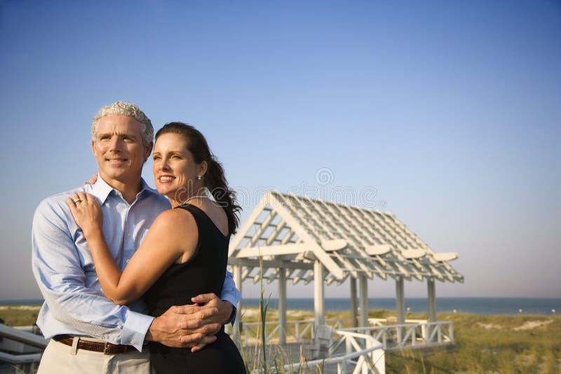 Retrato dos pares na praia fotografia de stock royalty free