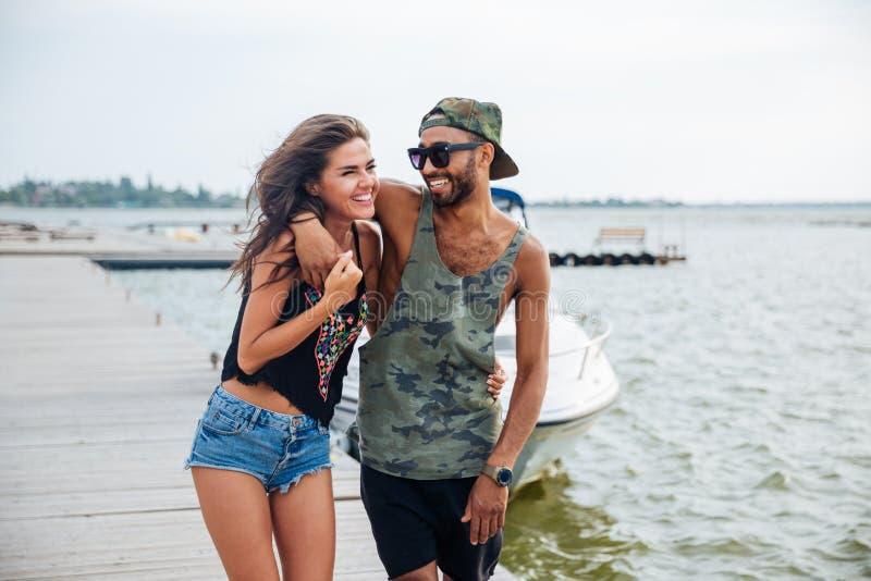 Retrato dos pares novos românticos que estão no cais de madeira fotografia de stock royalty free