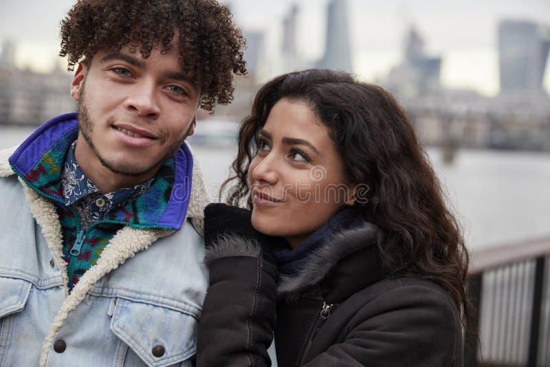 Retrato dos pares que andam ao longo do banco sul na visita a Londres imagens de stock royalty free