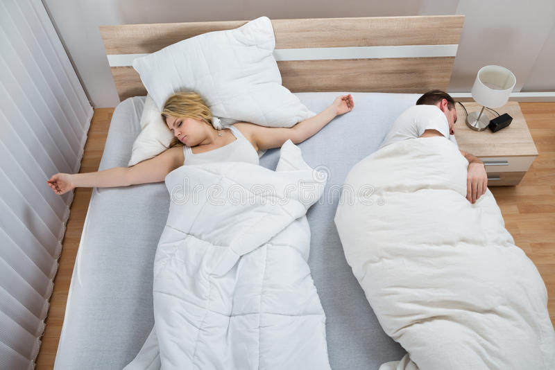 Retrato dos pares que encontram-se na cama imagem de stock royalty free