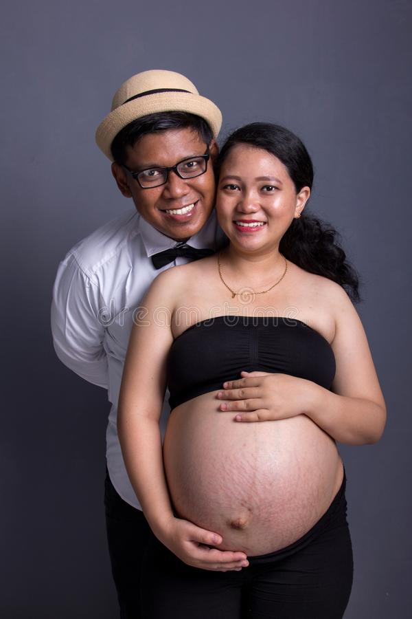 Retrato dos pares que esperam o levantamento do nascimento do bebê imagens de stock royalty free