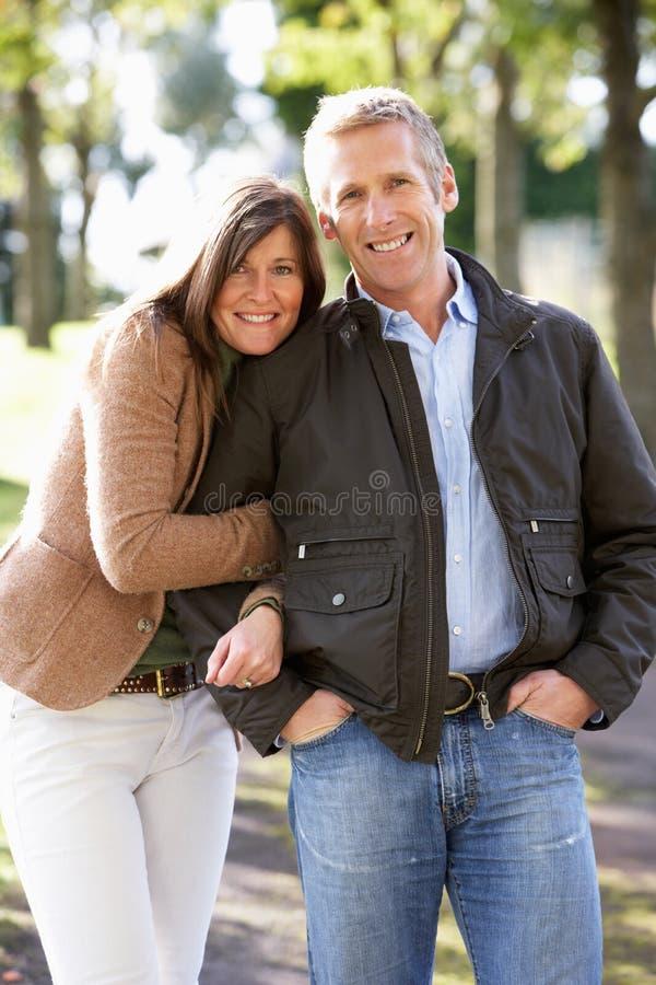 Retrato dos pares românticos que apreciam a caminhada ao ar livre imagem de stock