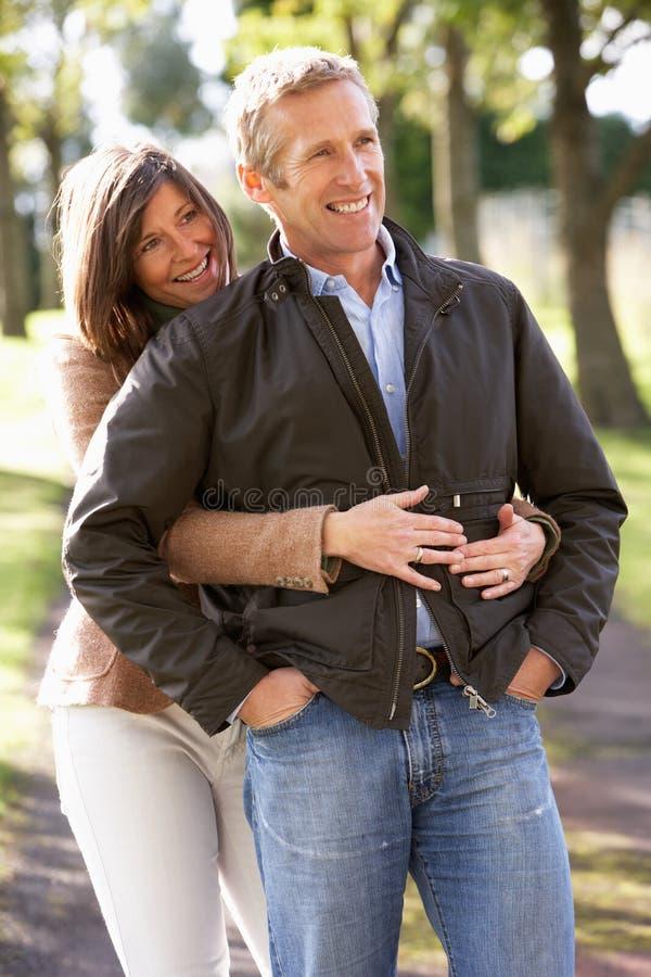 Retrato dos pares românticos que apreciam a caminhada ao ar livre fotos de stock