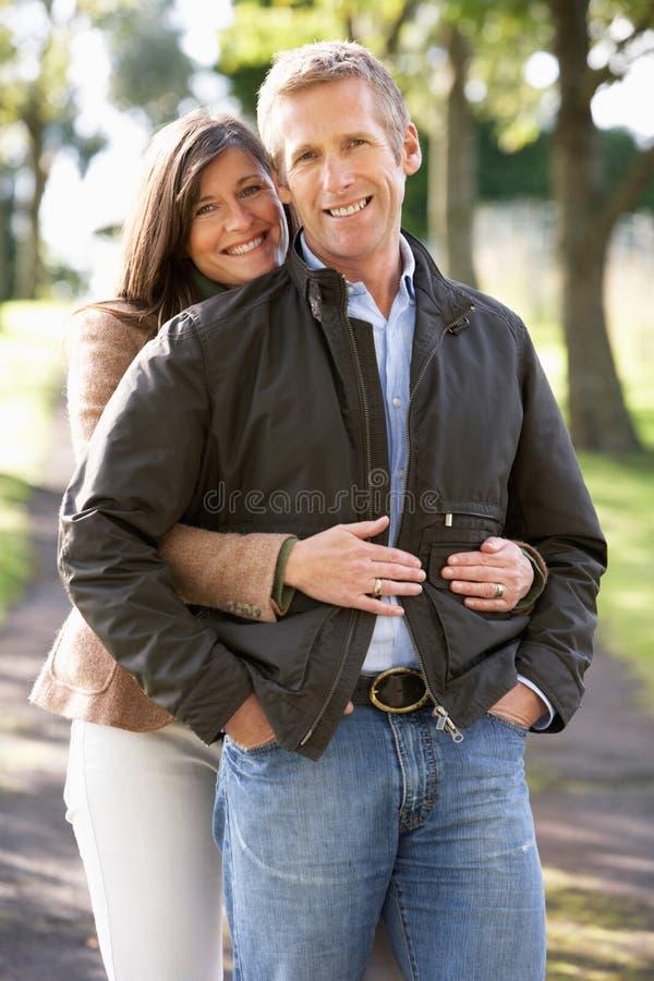 Retrato dos pares românticos que apreciam a caminhada ao ar livre fotografia de stock royalty free