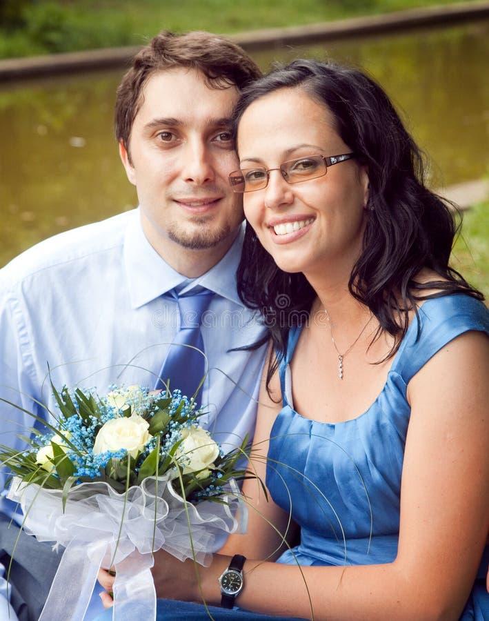 Retrato dos pares satisfeitos felizes ao ar livre imagens de stock royalty free