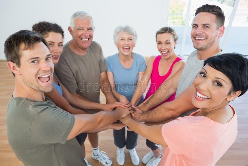 Retrato dos povos desportivos felizes que mantêm as mãos unidas imagens de stock royalty free