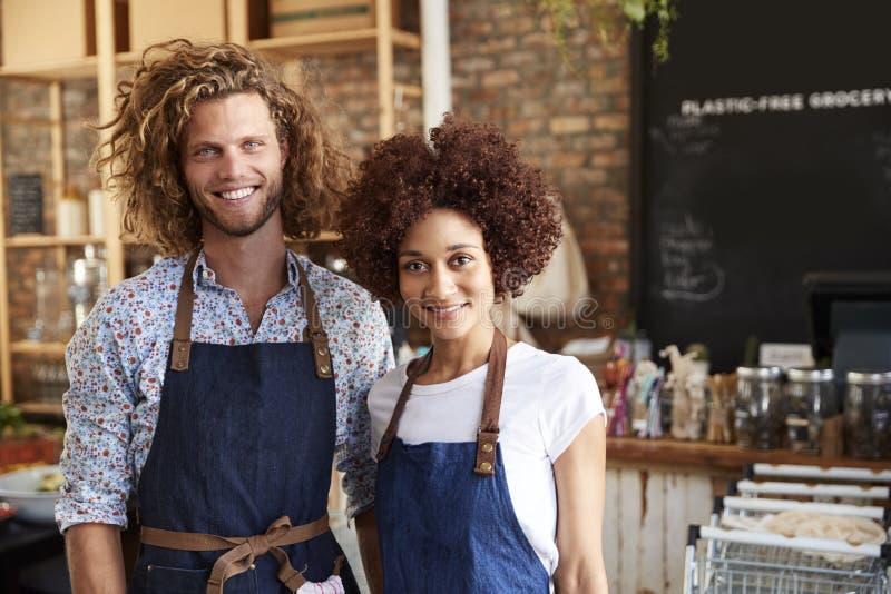 Retrato dos proprietários masculinos e fêmeas da mercearia livre plástica sustentável imagens de stock