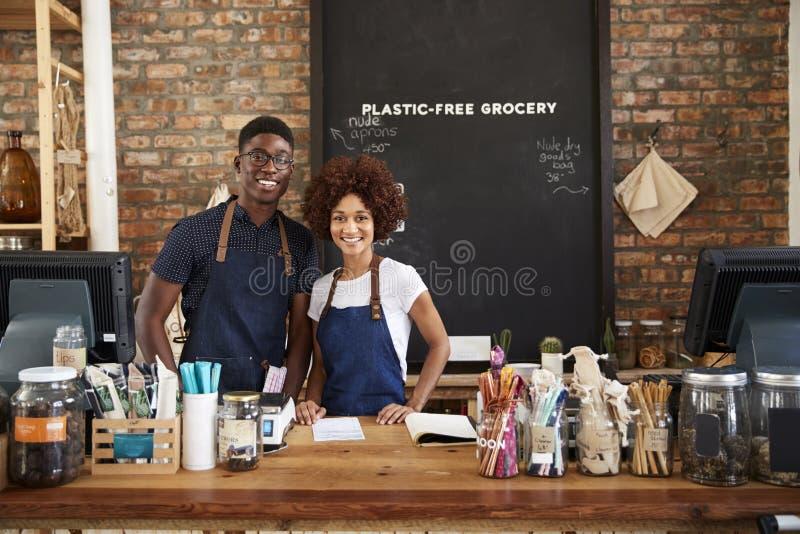 Retrato dos proprietários masculinos e fêmeas da mercearia livre plástica sustentável imagem de stock
