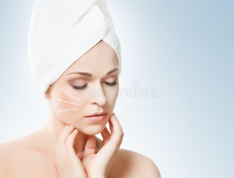 Retrato dos termas de uma mulher nova e saudável com as setas em seu fac fotografia de stock