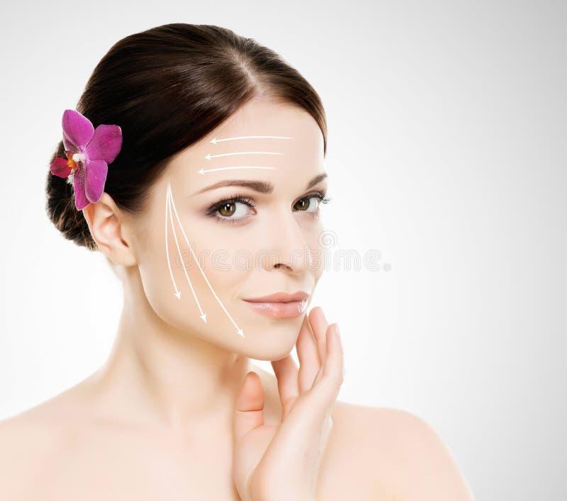 Retrato dos termas de uma mulher nova e saudável com as setas em seu fac imagem de stock royalty free
