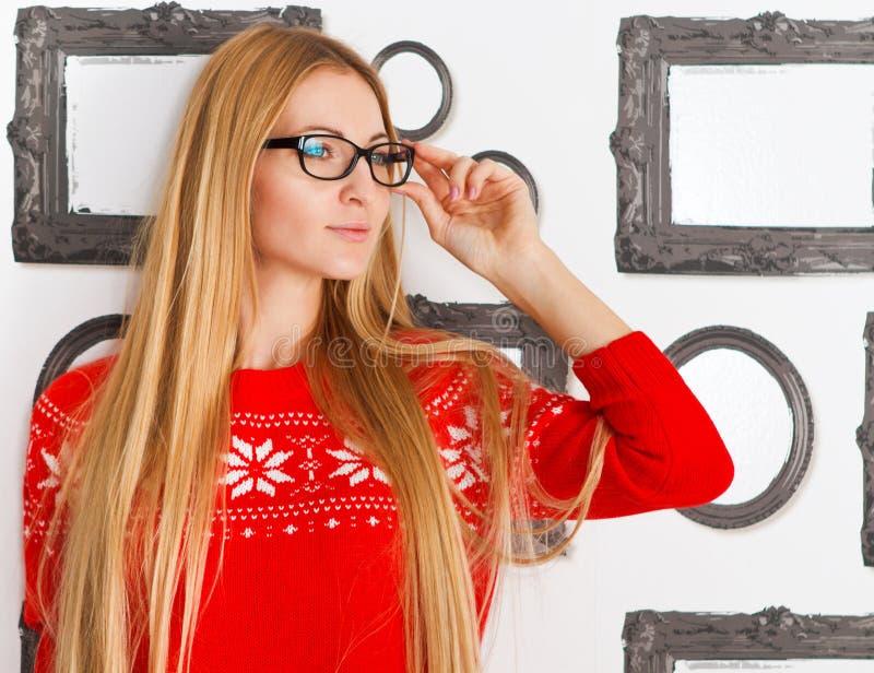 Retrato dos vidros vestindo do olho roxo da mulher imagens de stock
