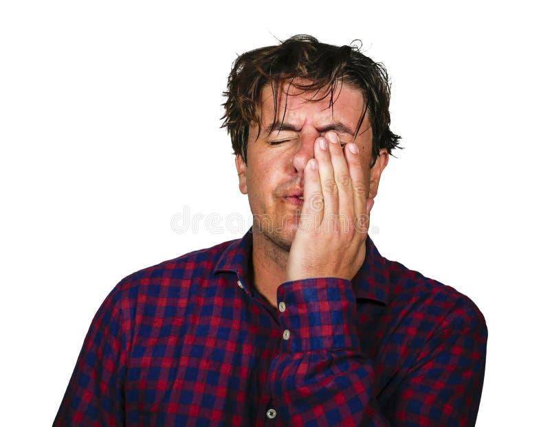 Retrato dramático da cabeça da terra arrendada do homem 30s ou 40s forçado e oprimido com mãos no esforço louco e em cara frustra imagem de stock royalty free