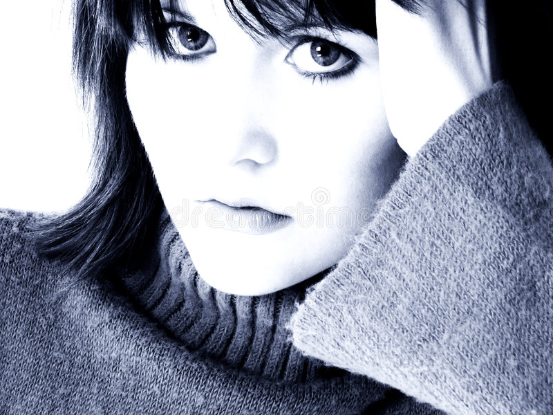 Retrato dramático de la muchacha adolescente en tonos azules fotografía de archivo libre de regalías