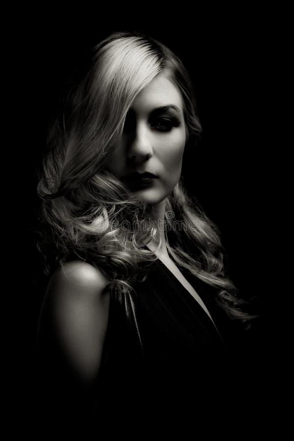 Retrato dramático de la mujer hermosa imagenes de archivo