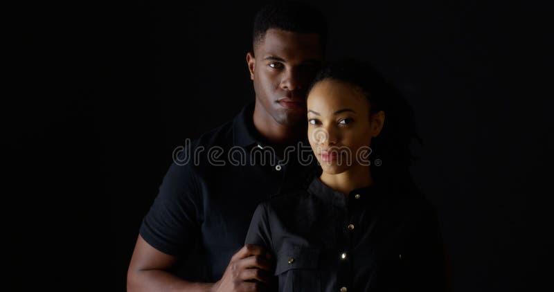 Retrato dramático de pares negros jovenes fuertes foto de archivo