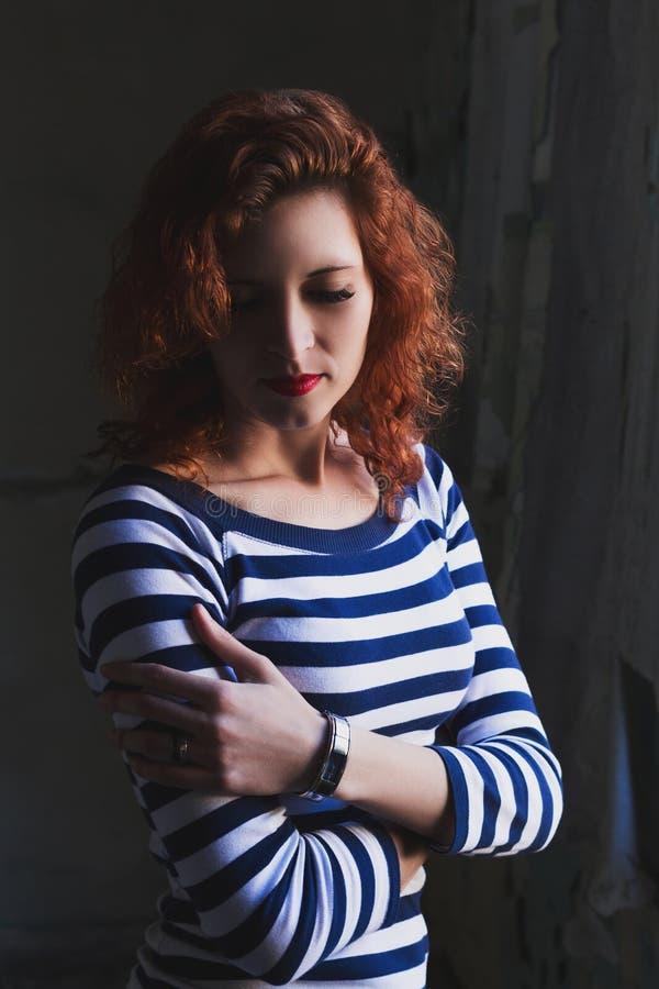 Retrato dramático de uma menina bonita nova Uma menina com uma aparência agradável e um olhar triste Retrato criativo de uma mulh foto de stock royalty free