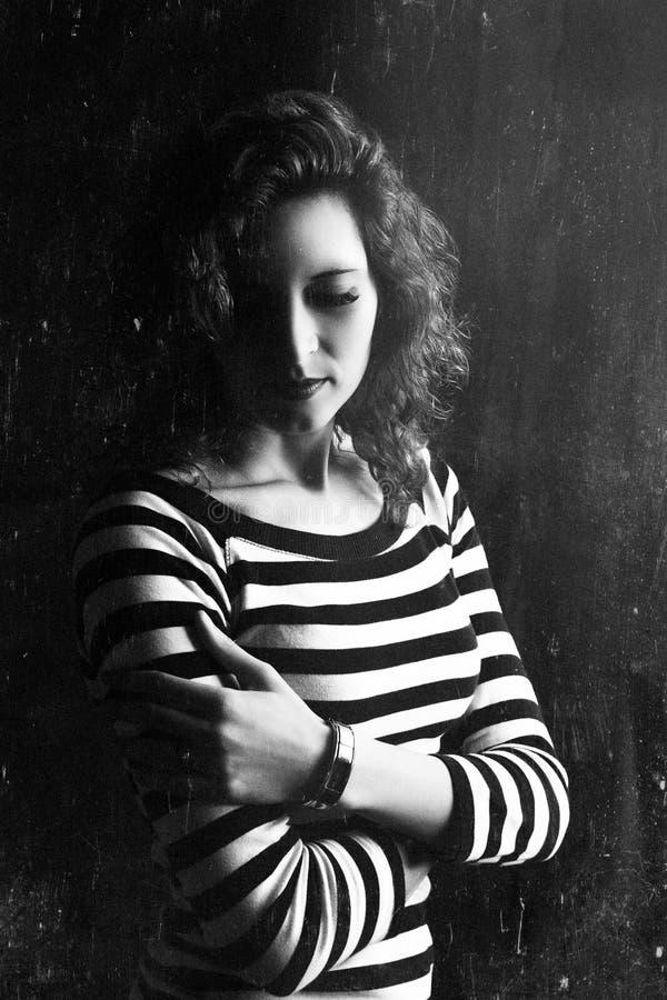 Retrato dramático de uma menina bonita nova Uma menina com uma aparência agradável e um olhar triste Retrato criativo de uma mulh imagens de stock