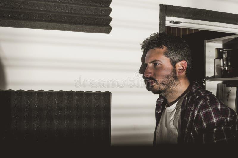 Retrato dramático de un hombre joven con una barba pensativa foto de archivo libre de regalías