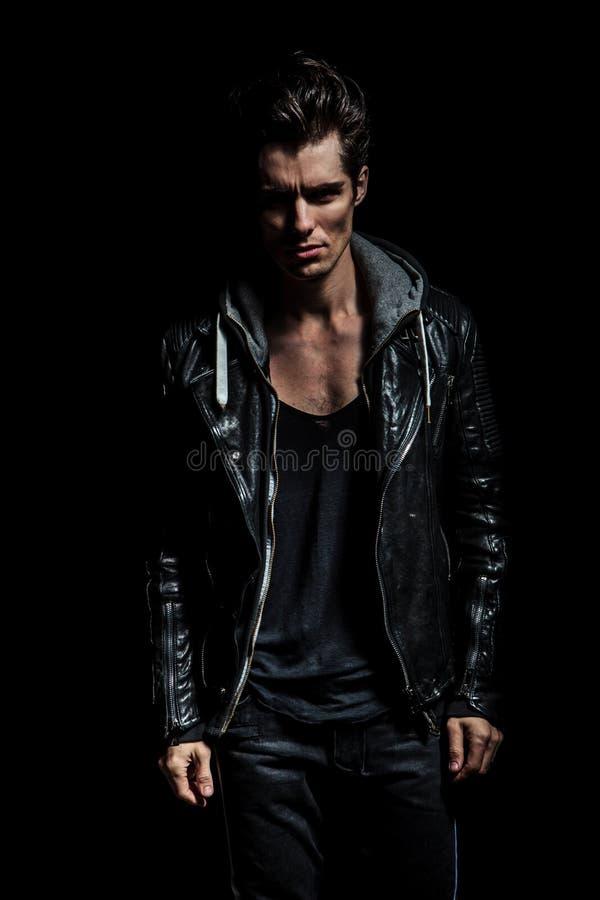 Retrato dramático de un hombre joven en la chaqueta de cuero imagen de archivo libre de regalías