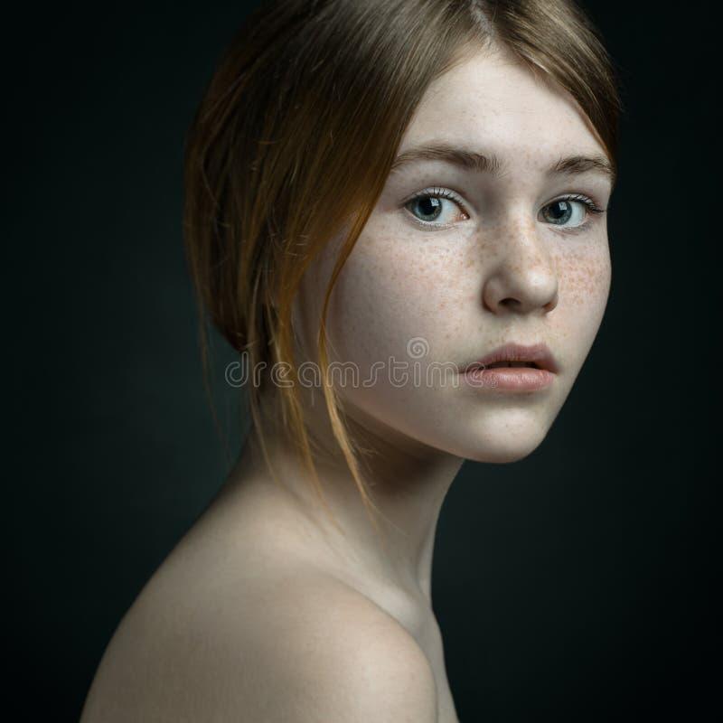 Retrato dramático de un tema de la muchacha: retrato de una muchacha hermosa en un fondo en el estudio imagenes de archivo