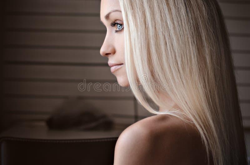 Retrato dramático de un tema de la muchacha: retrato de una muchacha sola hermosa aislada en un fondo blanco en estudio imagenes de archivo