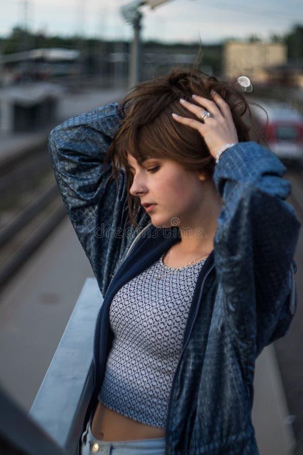 Retrato dramático de un tema de la muchacha en la oscuridad imagenes de archivo