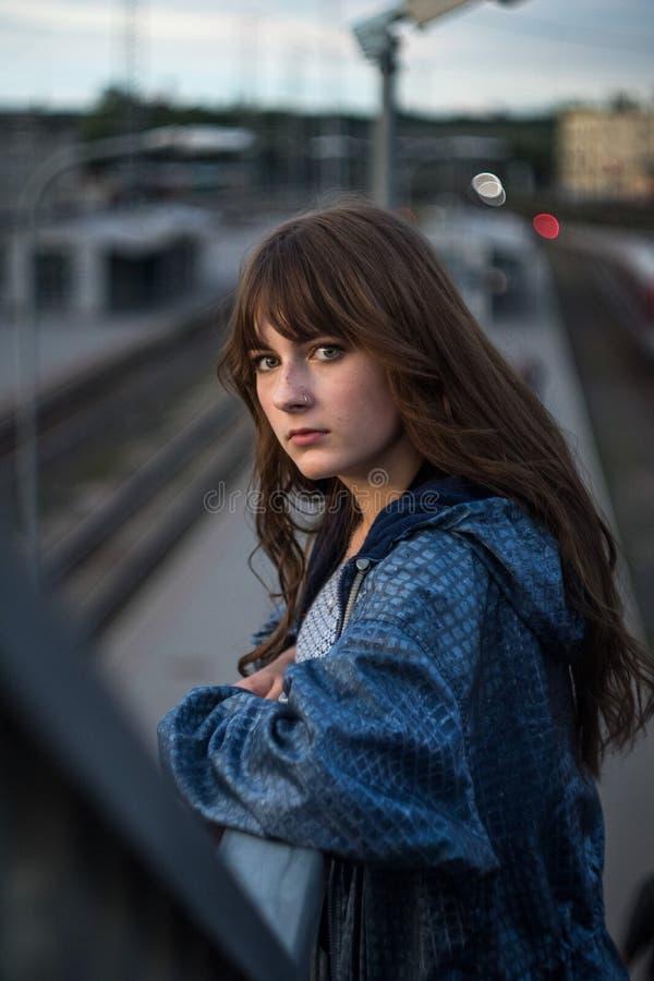 Retrato dramático de un tema de la muchacha en la oscuridad imagen de archivo