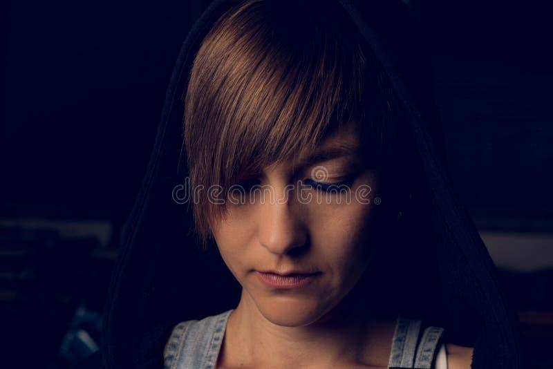 Retrato dramático de una muchacha en una sudadera con capucha fotos de archivo libres de regalías