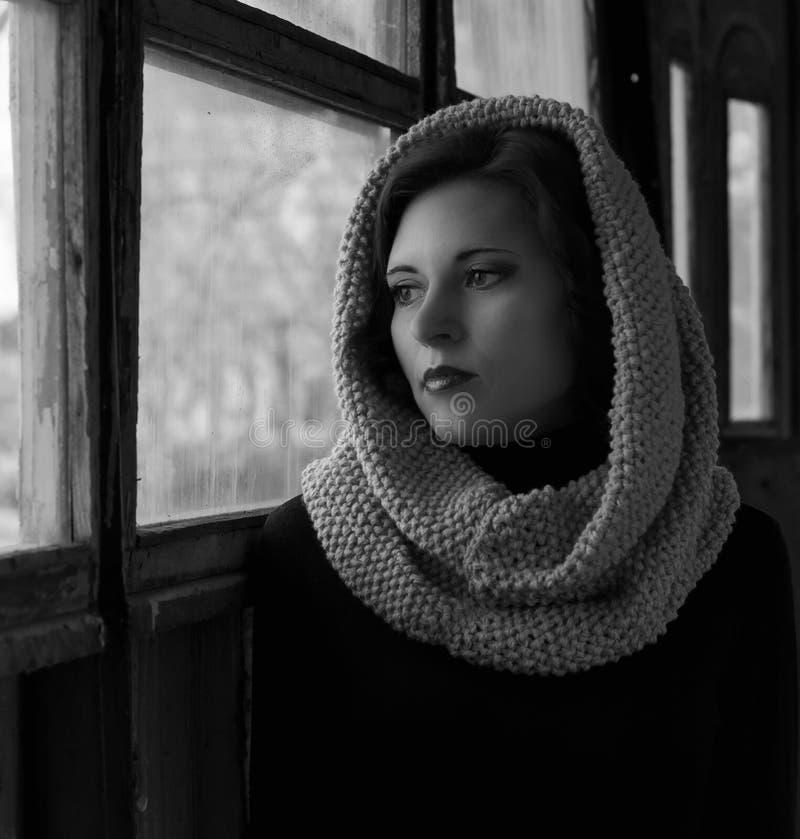 Retrato dramático de una muchacha hermosa joven Una muchacha con un aspecto agradable y una mirada triste Retrato creativo de una fotos de archivo libres de regalías