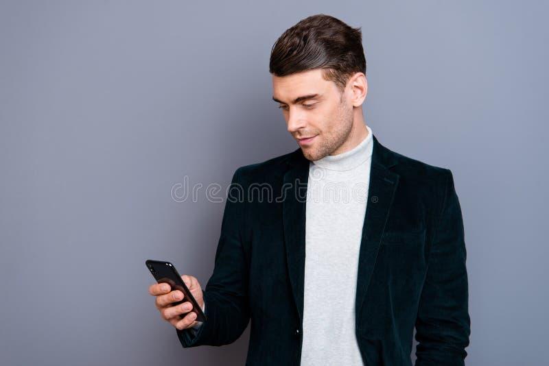 Retrato el suyo él chaqueta de la pana del individuo que lleva tranquilo barbudo hermoso atractivo lindo agradable usando las nue imagenes de archivo