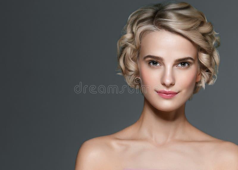 Retrato elegante corto de la belleza de los clavos del pelo rubio de la mujer hermosa y de la manicura de las manos fotografía de archivo libre de regalías