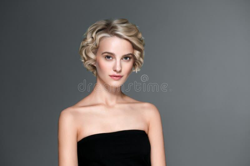 Retrato elegante curto da beleza dos pregos do cabelo louro da mulher bonita e do tratamento de mãos das mãos fotografia de stock royalty free