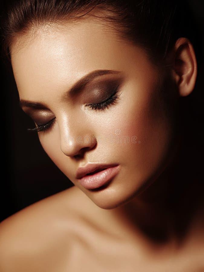 Retrato elegante de la belleza de una morenita desnuda atractiva atractiva con los labios llenos y los ojos cerrados en el fondo  imagen de archivo libre de regalías