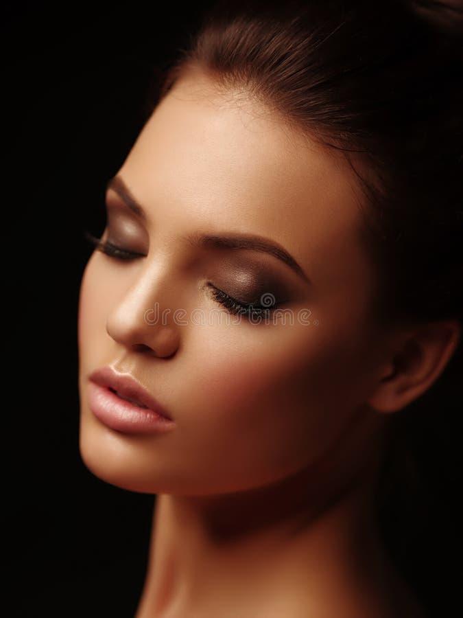 Retrato elegante de la belleza de una morenita desnuda atractiva atractiva con los labios llenos y los ojos cerrados en el fondo  imagenes de archivo