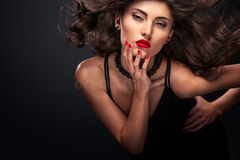 Retrato elegante de la moda del flash de la noche de la mujer joven casual de moda en vestido negro fotografía de archivo