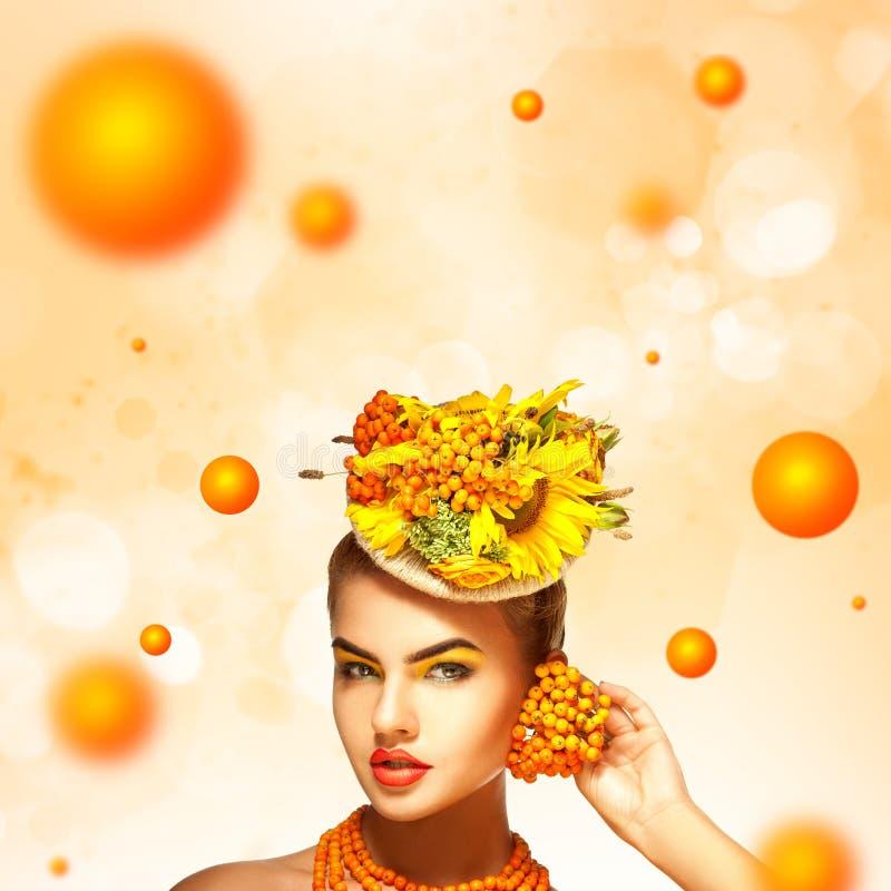 Retrato elegante do verão da moça bonita com Rowan a imagens de stock royalty free