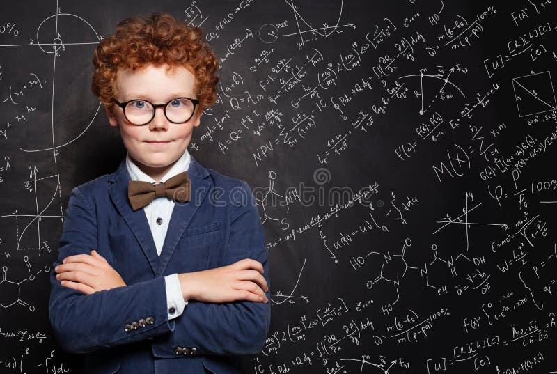 Retrato elegante feliz del muchacho del niño Cómo aprobar exámenes foto de archivo