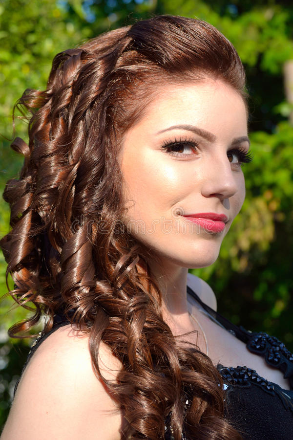 Retrato elegante lindo de sorriso da menina do vestido de bola imagens de stock royalty free