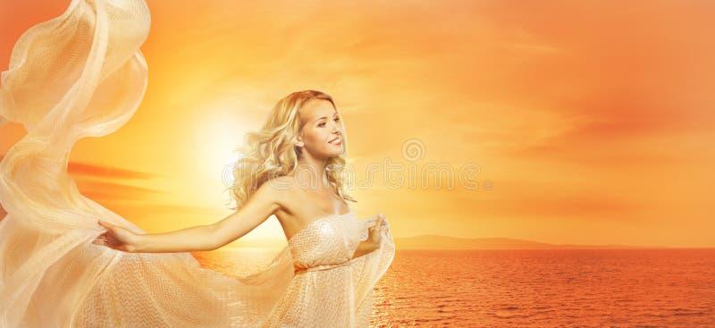 Retrato em luzes de Sun, modelo de forma Girl Shawl da beleza da mulher fotos de stock