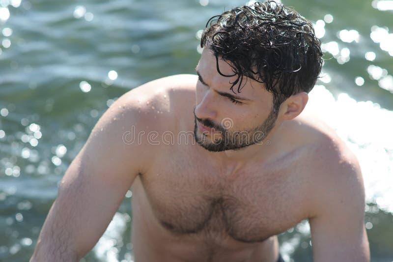 Retrato em topless do indivíduo considerável no mar imagem de stock royalty free