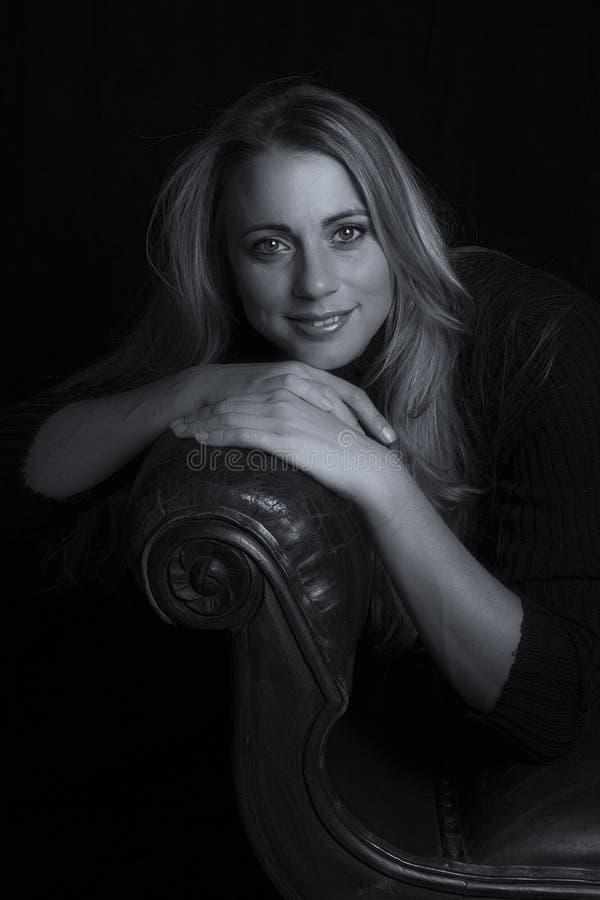 Retrato emocional da mulher bonita em convers artísticos da luminosidade reduzida imagens de stock royalty free